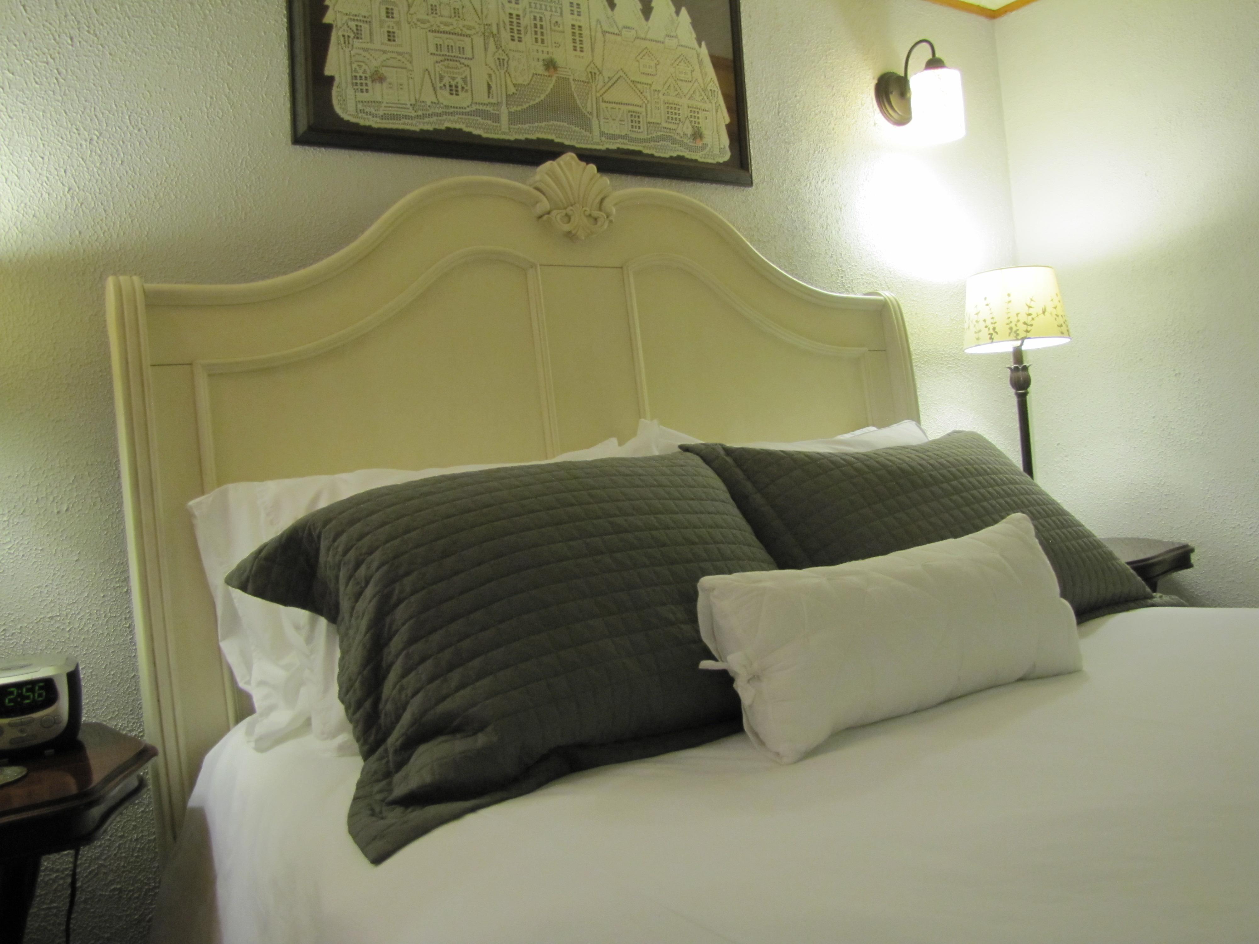 Eureka Springs Lodging Honeymoon Suite 5 Ojo Inn Bed